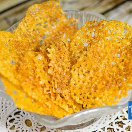 Keto Cheddar Cheese Crisps Low-Carb Chips