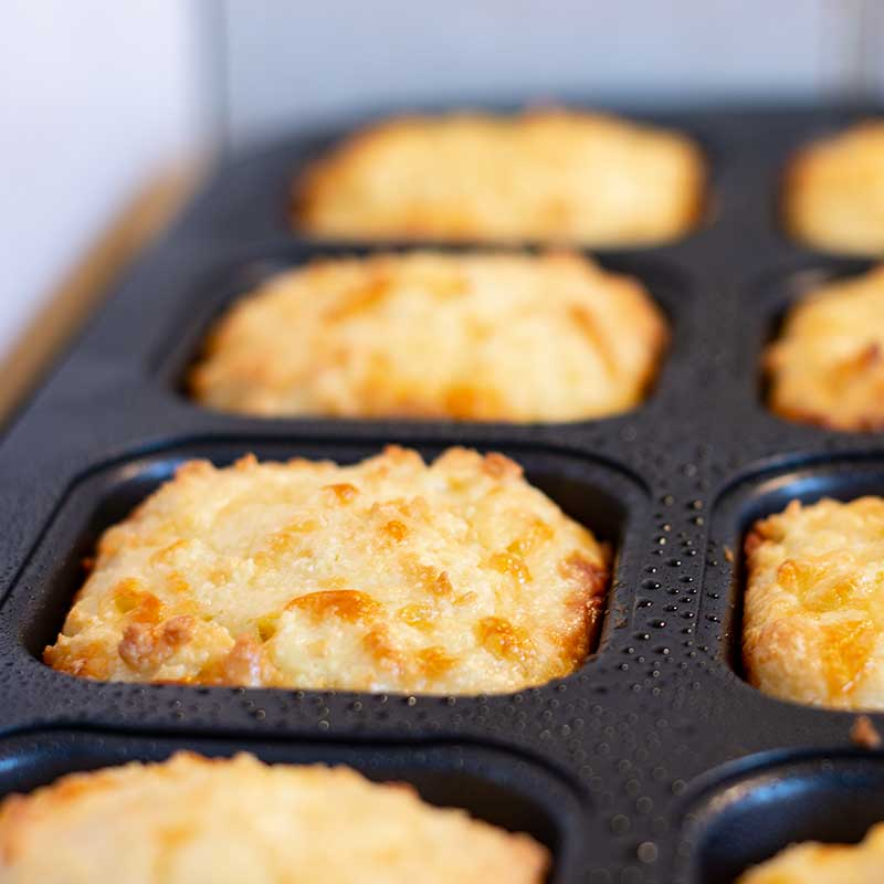 Galletas de queso keto en sartén de brownie